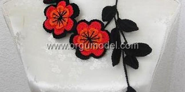 3 Güzel Çiçek Motifinden Oluşmuş Fular Modeli